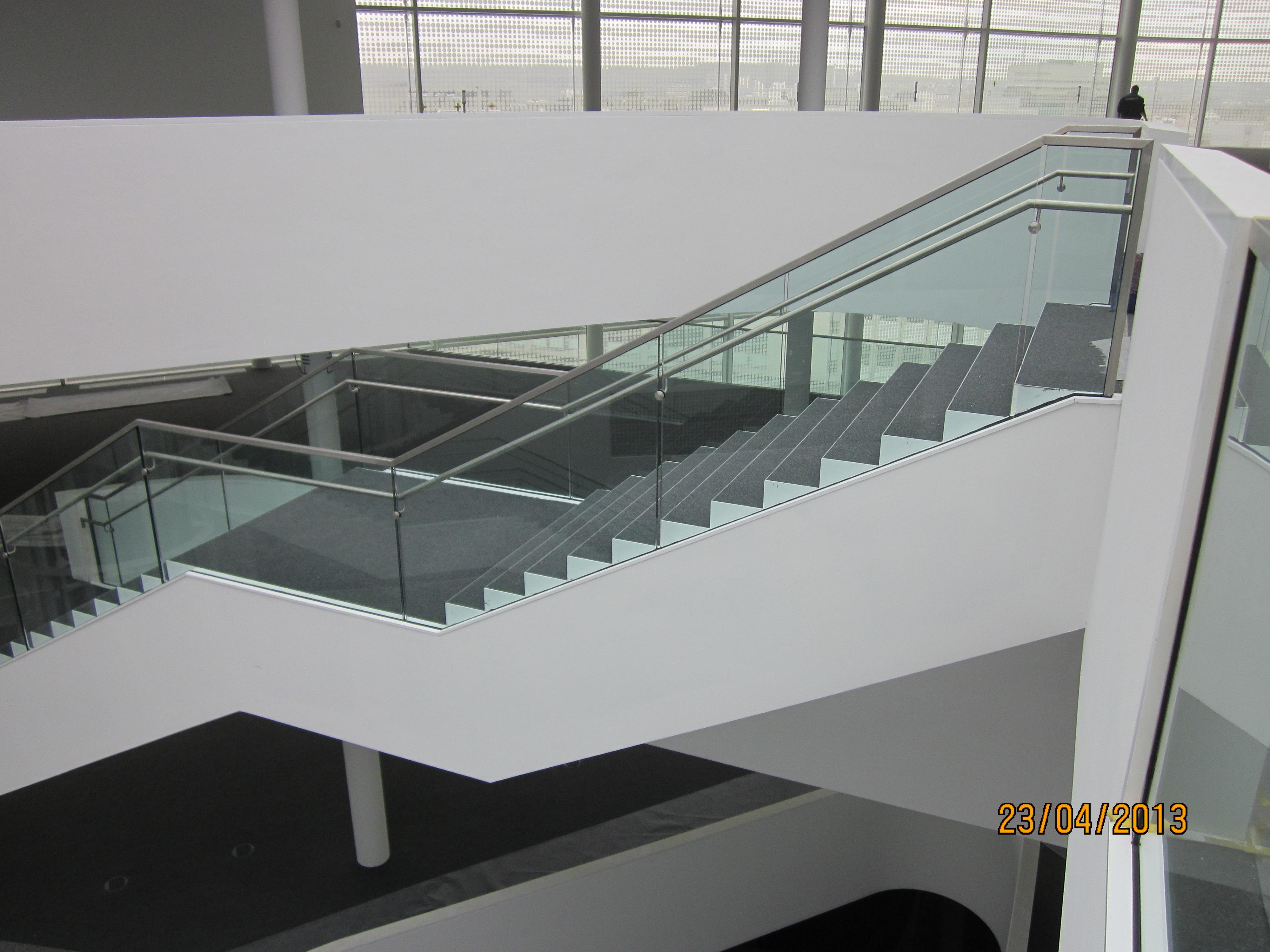 Ganzglasgeländer in öffentlichem Gebäude